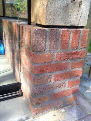 Aansluiting glazen pui op muur