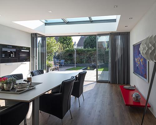 Serre aanbouw met lichtstraat en grote glazen vouwwand