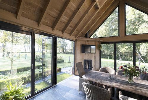 Tuinkamer met glazen vouwwanden geïsoleerd
