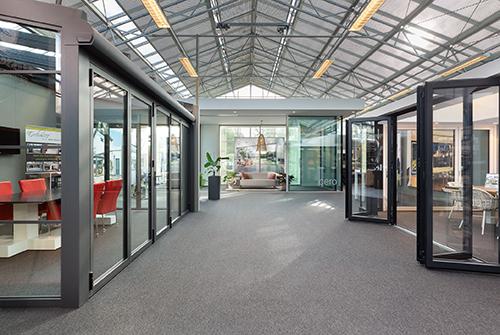 Doorkijkje van de serre showroom in Baarn